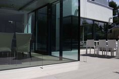 WPC Terrassendielen massiv in grau vor modernem Haus mit viel Glas - wetterfest und beständig