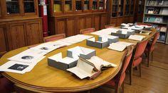 Detalle mesa de lectura con material bibliográfico