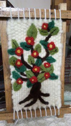 Arbolito en fieltro Tapestry Weaving, Loom Weaving, Closure Weave, Felt Wall Hanging, Macrame Owl, Farmhouse Rugs, Crochet Accessories, Diy Crafts For Kids, Needle Felting