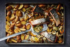 De zalm schuif je met krieltjes en groenten de oven in: 40 minuutjes wachten...aan tafel! - Recept - Allerhande