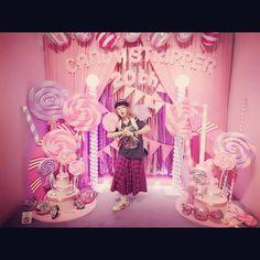"""Ami Onuki : """"¡La exposición del 20º aniversario de Candy Stripper """"Candy Candy Candy""""! ¡Gracias por la linda vista del mundo!""""  Wow, Ami parece contenta, a pesar de sus palabras en Instagram.  Yo también quiero ser como ella, porque la amo mucho pero, les revelaré mi secreto. Mi personalidad es masculina, y tengo 24 años. Y además, estoy cursando el 3º año, en el idioma japonés. Estaba pensando preguntarle"""