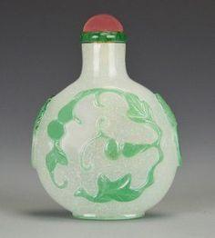A Chinese Snowflake Peking Glass Snuff Bottle