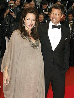 Brad Pitt Angelina Jolie, pregnant with twins Knox Leon Vivienne Marcheline. Nice to see an appropriate maternity dress on a celeb for a change. Brad And Angie, Brad Pitt And Angelina Jolie, Jolie Pitt, Angelina Joile, Pretty People, Beautiful People, Star Wars, Celebs, Celebrities