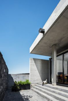 Imposing Concrete House Showcasing a Volumetric Structure in Mexico 3 Conceptual Model Architecture, Roof Architecture, Concept Architecture, Architecture Details, Beam Structure, Concrete Structure, Building Structure, Concrete Facade, Concrete Houses