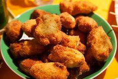 Kroketten aus Hühnchenfleisch Croquetas de Pollo ist ein spanisches Hühnchengericht, dass im Gegensatz zu Chicken Nuggets aus fein zerkleinertem Hühnchenfleisch besteht und mit einer sehr zähflüssigen Béchamelsauce gemischt wird. Das Innere der Hühnchenkroketten wird dadurch sehr zart. Leckere passende Dips dazu sind: Aioli, mojo verde und mojo rojo sowie asiatische süß-saure-Sauce. Das Gericht eignet sich...Read More » Chicken Nuggets, Aioli, Albondigas, Empanadas, Tapas, Nom Nom, Snacks, Ethnic Recipes, Chicken Croquettes