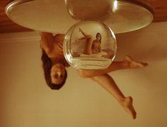 Ejer. 38E. Dana Trippe . http://culturainquieta.com/es/foto/item/8832-los-autorretratos-de-dana-trippe-jugando-con-perspectivas-distorsiones-y-una-pecera.html