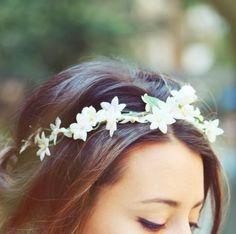 Haarband mit dezenten weißen blüten gestalten-hochzeits-haarschmuck
