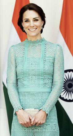 Kate Middleton était sensationnelle au côté du prince William pour leur rencontre avec le Premier ministre de l'Inde, Narendra Modi, le 12 avril 2016 à New Delhi, au troisième jour de leur tournée officielle et avant leur départ pour le parc national Kaziranga. Robe : Temperley