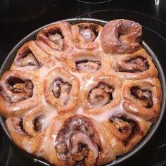 Easy Cinnamon Rolls Cinnamon Bun Recipe, Cinnamon Rolls, Round Cake Pans, Round Cakes, Caramel Rolls, Frozen Bread Dough, Sticky Buns, Rolls Recipe, Easy Meals