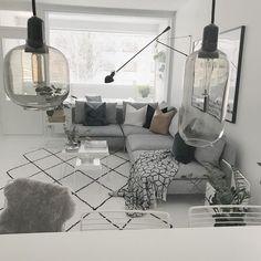 """739 likerklikk, 19 kommentarer – Janniina (@rakkaudellasisustettu) på Instagram: """"Viikonloppu ☃️ Ihanaa viikonloppua kaikille, toivotaan että lumi pysyy maassa❄️ #myhome #livingroom…"""" Apartment Inspiration, Room Decor, Room Inspiration, House Interior, Master Bedrooms Decor, Living Room Decor, Living Room Scandinavian, Loungeroom Decor, Home N Decor"""