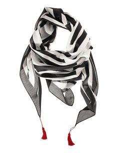Black & White - ein Schal lässt sich zu jedem Look perfekt kombinieren. Besonders attraktiv zum Etuikleid, zur weißen Bluse, zum Hosenanzug - weitere Styling Tipps findest Du auf www.lady50plus.de