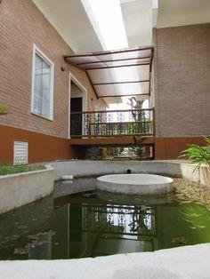 Lago e ponte separando os ambientes íntimo e social