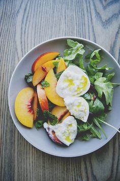 Burrata Salad With Stone Fruit, Mint, and Chilis Goat's cheese, peaches, arugula and chili flakes Think Food, I Love Food, Good Food, Yummy Food, Tasty, Healthy Snacks, Healthy Eating, Healthy Recipes, Delicious Recipes