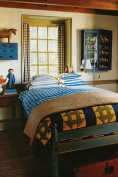 Magnificent Small Master Bedroom Ideas (Coloring, Decorating, And Storage Design Ideas) Small Master Bedroom Ideas. Sure, a large master bedroom with sufficient room for a chaise… Primitive Country Bedrooms, Primitive Homes, Country Primitive, Bedroom Country, Colonial Bedroom, Country Living, Farm Bedroom, Farmhouse Bedrooms, Small Master Bedroom