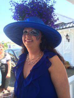 Vakker dame i blått med blått øyedesign:)
