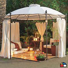 Pérgola de fierro redonda con ventilación en techo #terraza #jardin Una pergola para capear el calor o el fresco del Verano, con cortinas para un tête à tête