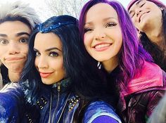Cast of Descendants at the Disney Parade in Florida - Beautiful People - Descendants Wicked World, Disney Channel Movies, Disney Channel Descendants, Disney Descendants 3, Descendants Cast, Disney Channel Stars, Carlos Descendants, Descendants Characters, Disney Characters