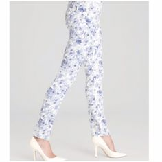 "ISAAC MIZRAHI New York Samantha Skinny Jeans in Liberty Floral 98% cotton 2% spandex, great fitting fabric, 5 pocket, silver hardware, signature Initial ""I"" on back pocket, NWOT , (#11 Isaac Mizrahi Jeans Skinny"