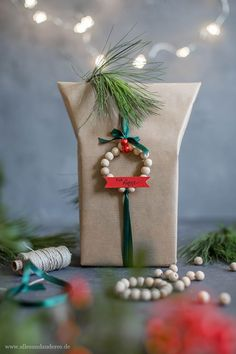 DIY: Weihnachtliche Geschenkidee und Geschenkanhänger aus Holzkugeln | Alles und Anderes All Things Christmas, Christmas Time, Christmas Crafts, Christmas Decorations, Table Decorations, Holiday Photography, Gift Packaging, Packaging Ideas, Diy Weihnachten