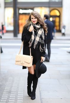 What to wear in London - love this black and beige outfit! Style inspiration for winter.