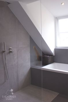 Moderne badkamer in Ulicoten met een bad, inloopdouche, regendouche en maatwerk glazen douchewand! #badkamerstudio #badkamerstudiobreda