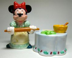 Minnie's got her rolling pin out which means she's in a baking mood. YUM! MINNIE MOUSE BAKING DISNEY SALT AND PEPPER SHAKER SET