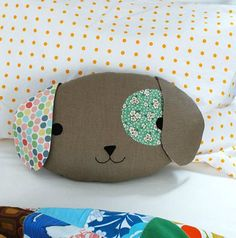 Sewing Pillows Children love cuddling up to a special pillow at home or in the car, and this cute puppy with his floppy ears and an eye patch could easily become a new favourite. Sewing Toys, Sewing Crafts, Sewing Projects, Diy Crafts, Sewing Tutorials, Sewing Designs, Sewing Ideas, Sewing Pillows, Diy Pillows