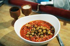 tomatsoppa med ingefära och kokosmjölk + rostade kikärtor