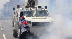 En fotos: la mujer que detuvo a una tanqueta en las protestas de Venezuela | Noticias al instante desde LAVOZ.com.ar | La Voz