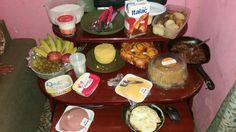 Café da manhã completão na mesa do PC 😋😂😂😂😂😂 #Delícias #Gordices #Cuscuz #PãoDoce #Queijo #AmoMuitoTudoIsso 🍟🍔😍😊