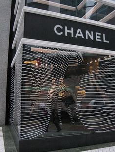 It is a THEME display showcasing the black and white effect of Chanel, the COLORS of the brand. LINE display showcases the soft, calm effect and visualizes elegance  The DIRECTION goes from left to right following the line: