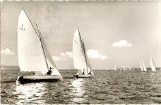 J-Jollen-Regatta auf dem Bodensee: J 327 (Sassa III) und J 416 (Kiebitz XV) im Vordergrund (die Segelnummern der voraus laufenden Boote sind auch im Orginal nicht zu erkennen). (gelaufen 1962, Photograph: Werner)