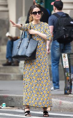Rose Byrne from The Big Picture: Today's Hot Pics  The actress is in full florals while hailing a cab in NYC.