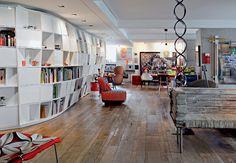 Na ampla sala do apê de 300 m², Houssein Jarouche expõe coleções na estante TREMETREME e peças de design premiadas como o sofá PAPEL, dos irmãos Campana - Fotos Otavio Dias