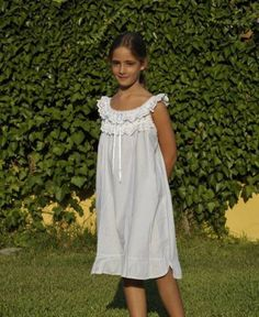 Camisón corto para niña | camisones Cute Little Girls Outfits, Pajama Pattern, Kids Gown, Kids Fashion, Fashion Outfits, Toddler Girl Style, Girls Pajamas, Child Models, Kind Mode