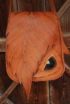 Ręcznie wykonana torba skórzana w kolorze rudo-brązowym,zszywana rzemieniami,torbę zdobi agat brazylijski obszyty rzemieniem oraz wypalony wzór,torba posiada wewnętrzną małą kieszonkę,zapinana na magnes,.szer.od-24 do 30-cm wys.-32cm dł.paska- regulowana ...