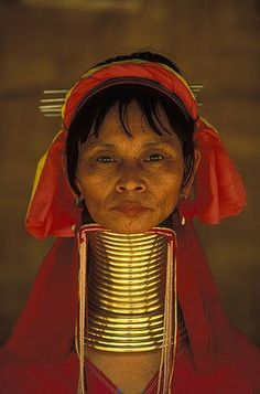 A Padaung woman, wearing traditional brass neck rings, in Nai Soi, a refugee village close to the Burmese border in the Mae Hong Son Province of Thailand.  The Padaung, whose homeland lies inside Bruma, are famous for their women's elongated necks caused by the addition of brass rings. | © Anders Ryman