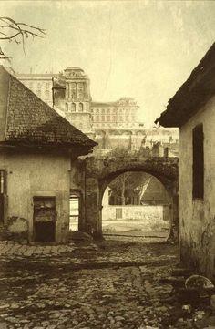 1900 körül.  Kilátás a Budai Várpalotára egy tabáni udvarból.