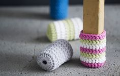 Piristä tuolin ilme ja virkkaa tuolille värikkäät sukat, jotka suojaavat lattiaa. Crochet Bows, Quick Crochet, Knit Crochet, Crochet Projects, Sewing Projects, Chair Socks, Knitting Patterns, Crochet Patterns, Stoff Design