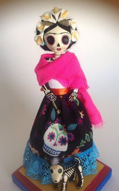 Frida Kahlo y su perro Xoloitzcuintle. Catrina de papel mache. Frida Kahlo and…