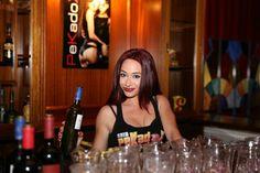 Camarera Erotica en restaurante temático Sala-pekadox