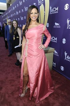 Like Carrie Underwood, songstress Sara Evans sported a sexy up-to-there slit, but we aren't big fans of this pink one-sleeve prom bomb. Country Female Singers, Country Music Singers, Country Artists, Academy Of Country Music, Country Music Awards, Jewel Singer, Evans Clothing, Sara Evans, Sara Underwood