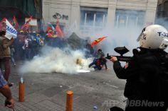トルコ・イスタンブール(Istanbul)で、西部マニサ(Manisa)県の炭鉱爆発事故に抗議するデモ隊を、催涙ガスとゴム弾を使って解散させようとする機動隊(2014年5月14日撮影)。(c)AFP/OZAN KOSE ▼15May2014AFP|トルコ炭鉱爆発、死者274人に 警察はデモ隊に催涙ガス http://www.afpbb.com/articles/-/3014944 #Soma #Manisa_Province #Manisa_ili #mining_disaster #madencilik_felaket #desastre minero #Grubenunglueck #catastrophe_miniere #Istanbul #Demonstration #street_protest #Tear_gas