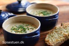 Hvidløgssuppen her er fyldig, rund og lækker og smager skønt af hvidløg –ikke stærkt, bare lækkert :-) Suppen er lavet pågrøntsagssuppe, men her kan du bruge en anden suppe eller bouillonte…