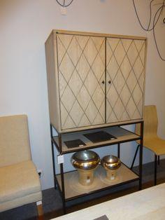mueble bar lacado y tallado manual