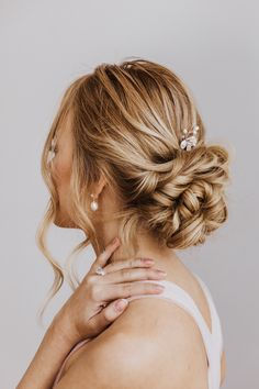 Classically chic or with a touch of whimsay, check out our pearl bridal accessories. Boho Wedding Hair, Bridal Hair, Pearl Bridal, Wedding Hairstyle, Wedding Shoes, Dream Wedding, Layered Pixie Cut, Layered Hair, Long Layered