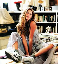 gisele bundchen in a dress + chucks Helena Christensen, Gisele Bundchen Young, Fashion Models, Girl Fashion, Glamour, How To Pose, Vogue Australia, Role Models, Spring Summer Fashion