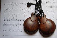 Las castañuelas son un instrumento de percusión, de madera, que se utilizan en el flamenco y en bailes tradicionales del folclore español. Spanish Dance, Spanish Woman, Tango Dance, Ballet Dance, Alicante, Fabian Perez, Flamenco Dancers, Line Dance, Dance Pictures