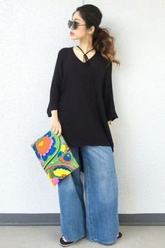 The Oversized EverythingWide-legged jeans, a swingy tunic, and a clutch that's just barely handheld — it's head-to-toe oversized FTW. #refinery29 http://www.refinery29.com/oversized-clothing-japan-street-style-trend#slide-9