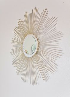 Weekly Tip: DIY Sunburst Mirror  http://thirdfloordesignstudio.blogspot.com/2011/02/tuesday-tip-diy-sunburst-mirror.html